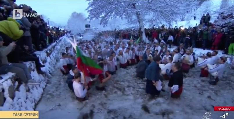Двама пострадаха на мъжкото хоро в Калофер, стотици нагазиха в ледените води на Тунджа (ВИДЕО и СНИМКИ)