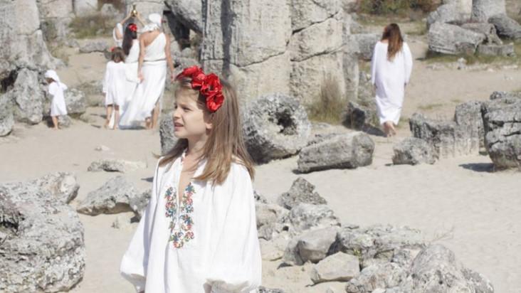 Ето защо българщината е жива: Да се насладим на патриотичното изпълнение на 7-годишната София (ВИДЕО)