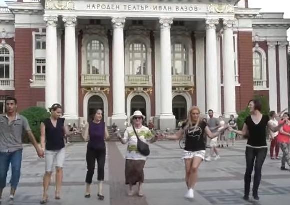 Българският фолклор е жив! Вижте Елениното хоро, което се вие пред Народния театър! (ВИДЕО)
