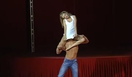 Тя покрива лицето му с потника си. Това, което се случва след секунди ще ви остави със затаен дъх! (ВИДЕО)