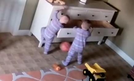Страхотно! Вижте как този 2-годишен герой помогна на братчето си (ВИДЕО)