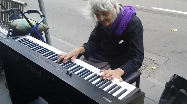 80-годишна баба седна зад пианото на улицата. Няма да можете да повярвате какво ще последва минути по-късно (ВИДЕО)