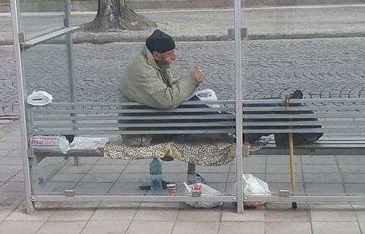 """Мъж помага с пари на бездомник, но той му отказва с думите: """"Я си вземай парите! На мен за какво са ми""""?"""
