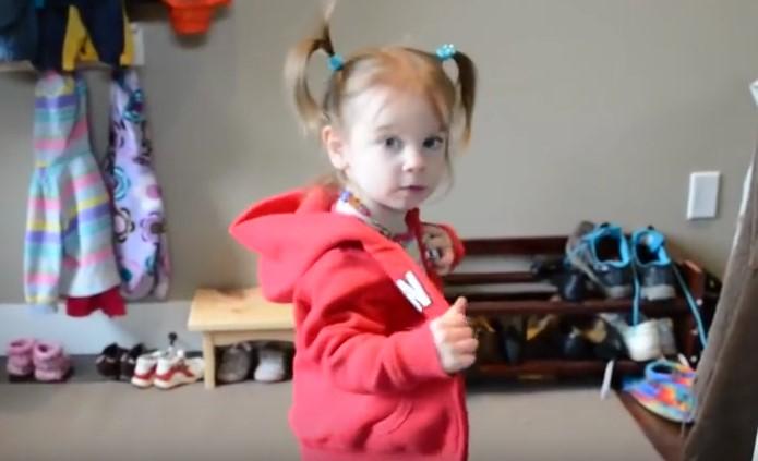 Вижте каква независимост и чувство за подреденост появява това съвсем малко момиченце – впечатляващо, нали?! (ВИДЕО)