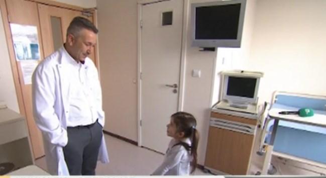 5-годишната Стела към лекаря, спасил живота ѝ: Вие сте човекът със златните ръце