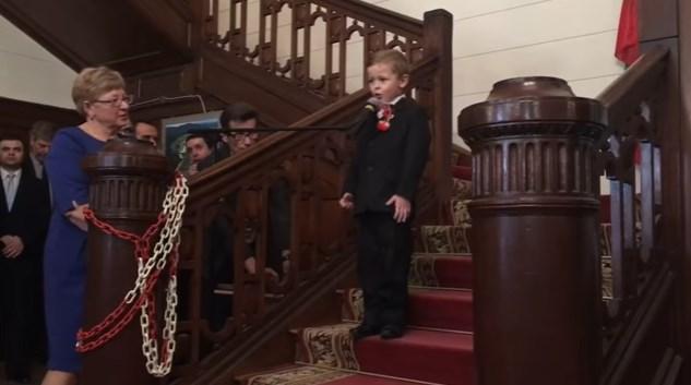 """4-годишно поляче пее """"Моя страна, моя България"""" (ВИДЕО)"""