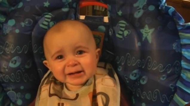 Емоциите на 10-месечно бебе, което слуша изпълнението на майка си… Просто невероятно (ВИДЕО)