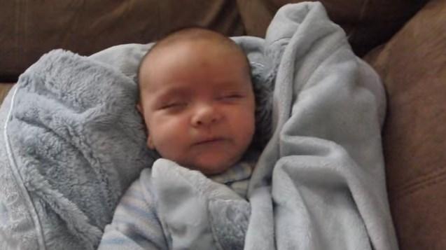 Майка видя детето ѝ да се събужда и веднага грабна камерата… Вижте най-сладурското ставане от сън (ВИДЕО)