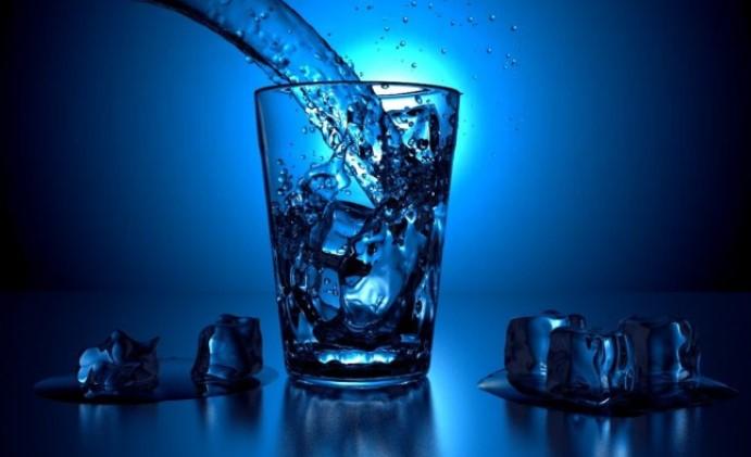 """Какви са вредите за здравето, когато се """"наливате"""" със студена вода през задаващите се горещи месеци"""