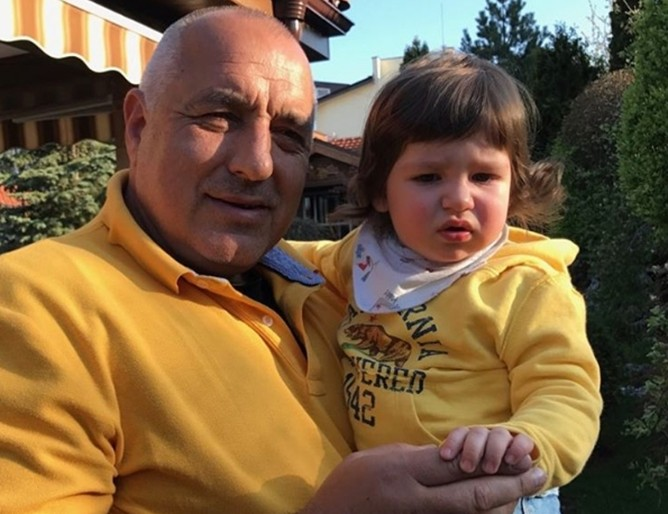 Докато дядо Бойко Борисов почива (СНИМКА), Герджиков му готви странно наследство. Оставя му тайнствена папка