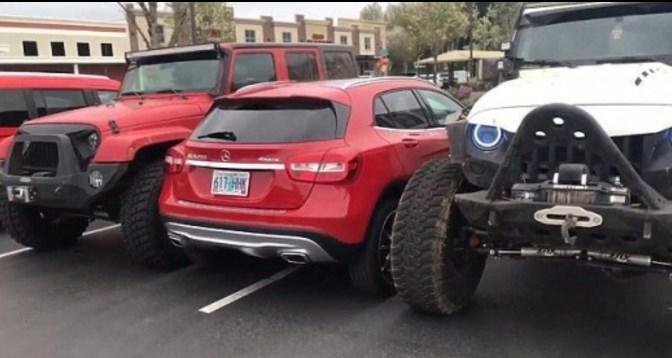 Арогантен шофьор получи корав урок след като паркира върху две свободни места (ВИДЕО)