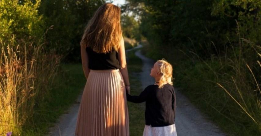 Заможна майка реши да заведе дъщеричката си на село: Ти ми показа колко сме бедни всъщност и…