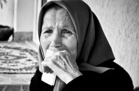 Поставили бабата на малката масичка да се храни отделно, а очите ѝ били пълни със сълзи