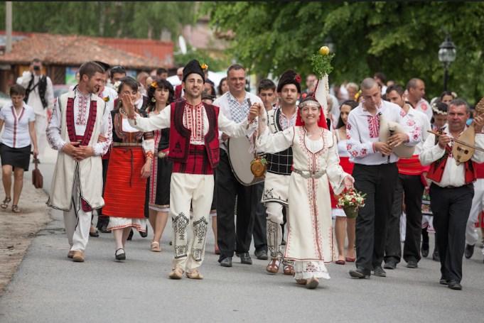 Уникалната българска традиционна сватба в Копривщица! Задължително е за гледане (ВИДЕО)