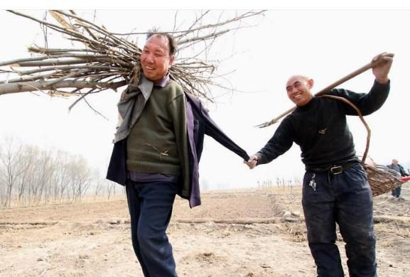 Как един сляп мъж и неговият приятел без ръце засадиха 10 000 дръвчета