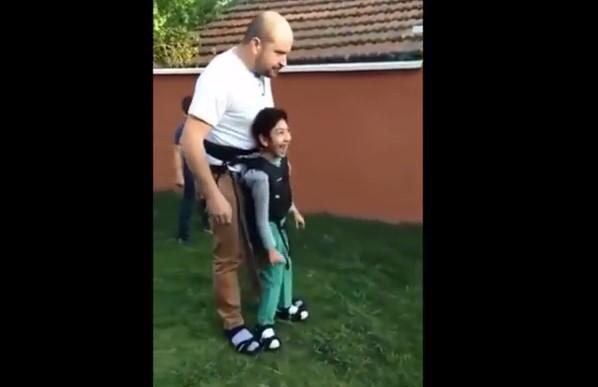 Бащата прави всичко възможно, за да може парализираното му момче да се чувства добре (ВИДЕО)