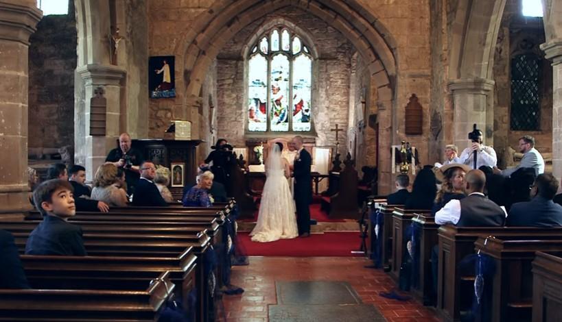 Булката недоумяваше какво става! Младоженецът спря сватбената церемония и й каза да обърне главата си (ВИДЕО)