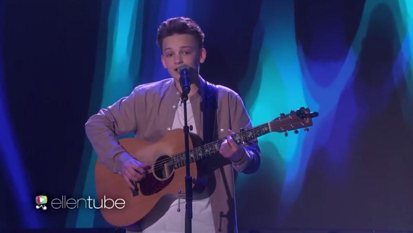 """Това момче е само на 15 и от уличен музикант се превърна в звезда с прекасното си изпълнение """"Чудесна сте тази вечер"""" (ВИДЕО)"""