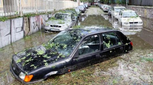 Синоптиците пак ни попариха: И днес крийте колите от градушки, до края на май забравете за Слънцето