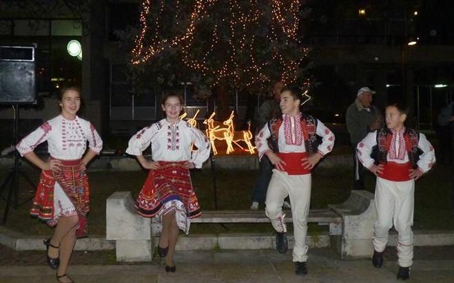 Омръзна ли ви да стоите винаги в ъгъла на Нова година? С този самоучител ще научите Дунавското хоро за нула време (ВИДЕО)