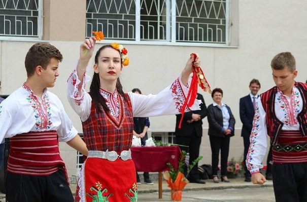 Това са абитуриентите, които ни накараха да се гордеем, че сме българи! Не само с облеклото си (СНИМКИ)