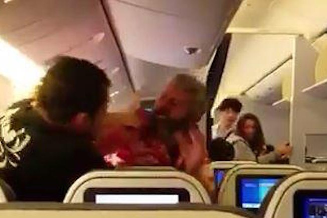 Той просто превъртя! Пиян хулиган обърна самолет на селска кръчма, трябва да видите този бой (ВИДЕО)