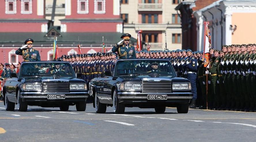 Всички немеят пред парада на Червения площад! Не по-малко смайващ е обаче и автомобилът на водещия (СНИМКИ)