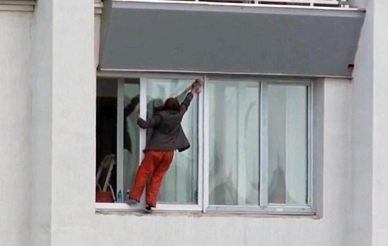 Треперите ли, когато дойде време да измиете прозорците на апартамента си? Ето как може да се справите по безопасен начин (ВИДЕО)