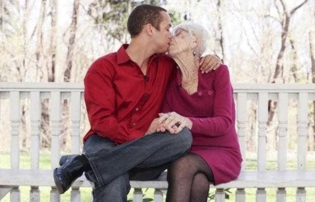Тя е със скромните 60 години по-голяма от него. Но това доказва, че за любовта няма граници