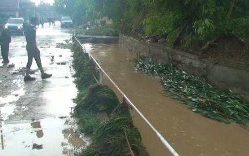 Невиждан дъжд откъсна от света 3 смолянски села, порой наводни цял град. Кметът: Всичко беше под вода