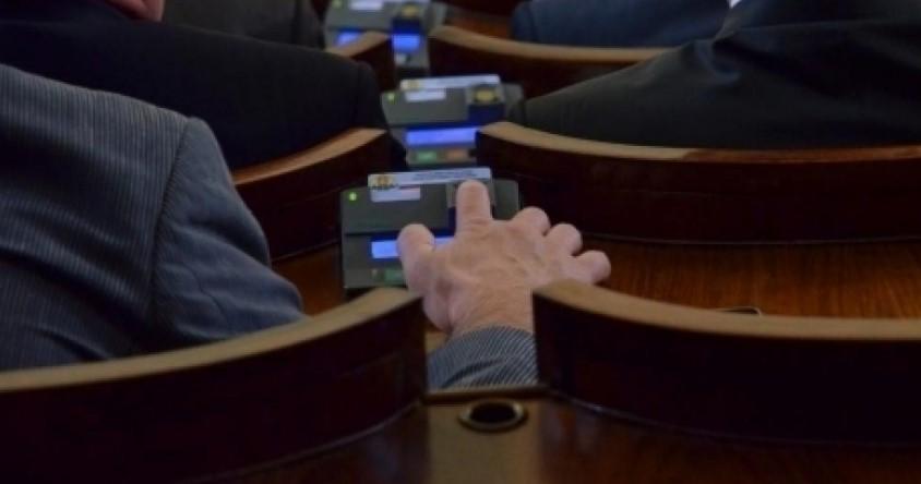 Страшен скандал в парламента! Пръстовата система е разбита, депутати гласуват с чужди карти