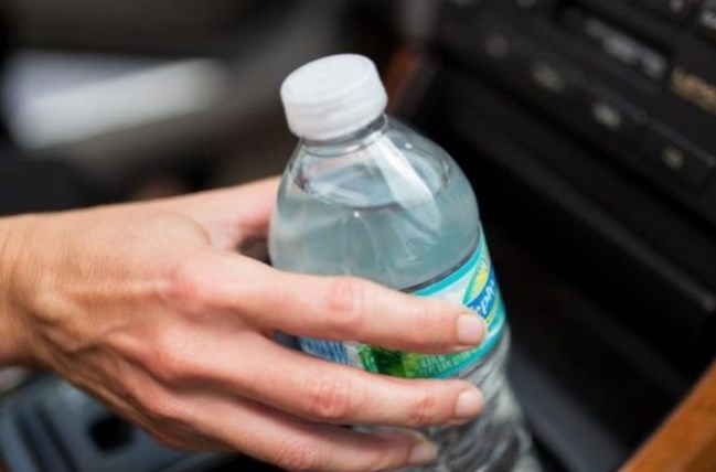 За нищо на света не пийте вода от бутилка, престояла в колата