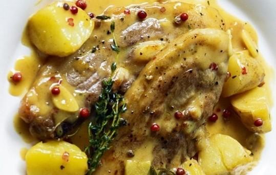 Насладете се на пикантни свински хапки, приготвени с пресни картофи и лимонов сос!