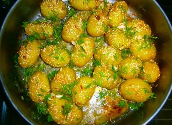С този бабин трик ще сготвите най-вкусните картофки с копър и чесън на фурна!