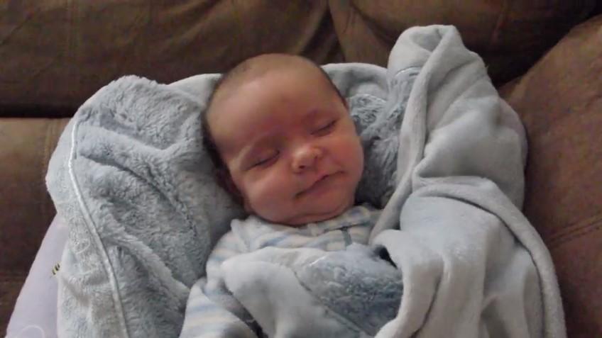 Бебето току-що се събуди и майка му веднага хвана камерата, за да снима реакцията му (ВИДЕО)