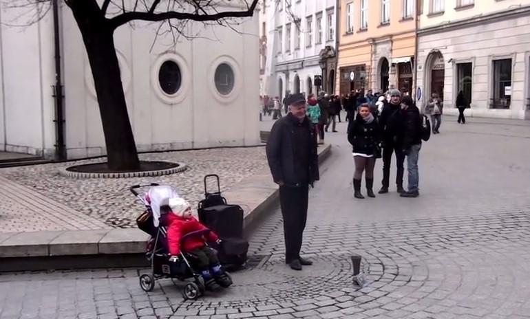 Уличен музикант пееше на улицата, но хората останаха с отворена уста, когато към него се присъедини 2-годишната му дъщеря (ВИДЕО)