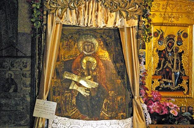Бездетни спят до иконата на Божата майка в Арбанаси, чудодейното изображение помага обаче само на определени хора