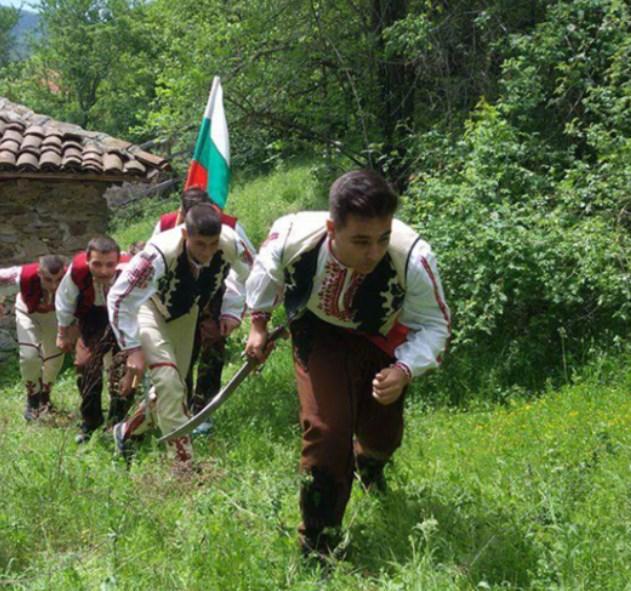 Браво! Всички трябва да сме благодарни на тези родолюбиви български ученици за това, което сториха (СНИМКИ + ВИДЕО)