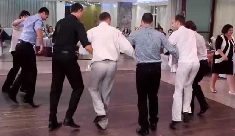 Българските сватби са ненадминати! Вижте какво хоро изиграха тези сватбари! (ВИДЕО)