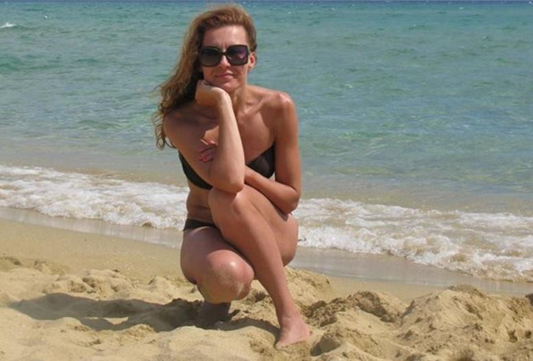 Бившата съпруга на президента Румен Радев Гинка събра погледите на плажа. На перфектната й фигура завиждат и 20-годишни (СНИМКА)