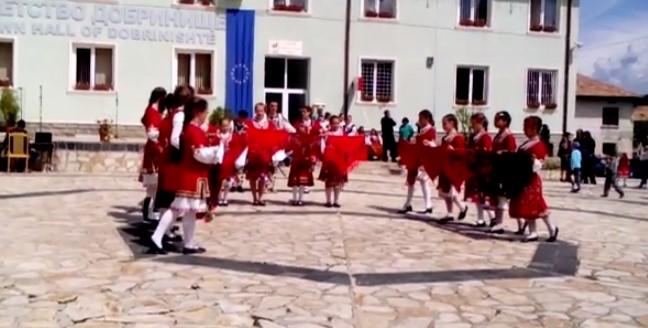 Българските деца показват, че фолклорът ни е жив! Вижте прекрасния им танц (ВИДЕО)