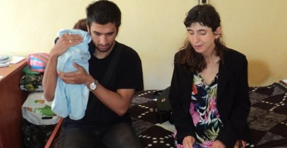 Слепи студенти гледат бебе, добри хора събират пари за ремонт на жилището им