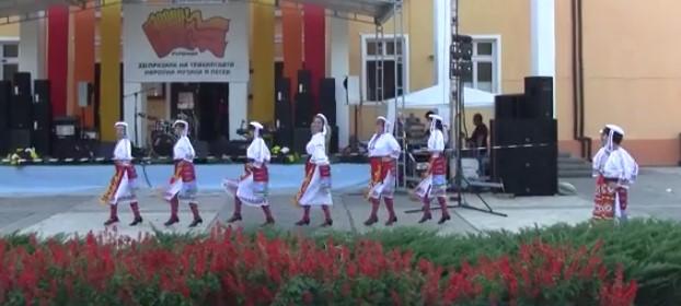 Фолклорът ни е необятен! Вижте прекрасното изпълнение на тези деца (ВИДЕО)