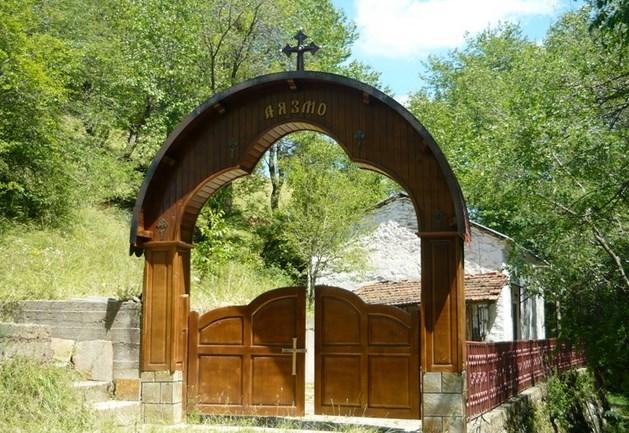 Чудесата на спират от Аязмо край село Момчиловци. Ето по кое време на годината водата там придобива лековити свойства
