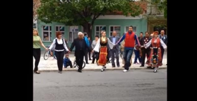 Тези хора се разиграха на площада и оставиха всички без думи! Нека се насладим на това хоро (ВИДЕО)