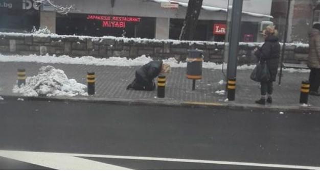 Тревога във Фейсбук, мрежата прегря от коментари! Жена се свлече на колене на спирка в София, но никой не й помага