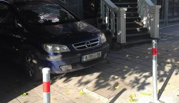Помните ли нахалния шофьор, който превърна тротоар в частен паркинг? Ето какво го сполетя заради наглостта му