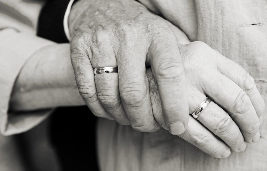 Той е на 102, движи се без бастун! Тя на 98, деликатна и изискана! Но младежката им любов не гасне, при това тук, в България (СНИМКА)
