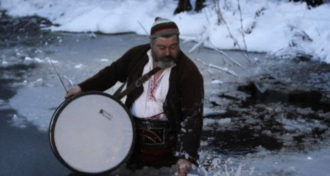 С тъпан напред и песен на уста: Леденото хоро в Тунджа. Вижте атмосферата от мъжкото хоро (ВИДЕО)