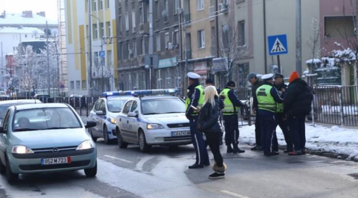 Луд екшън: Пенсионер изтегли 40 бона от банка в Бургас, но полицаи го измъкнаха от такси и го вкараха в районното с пачките
